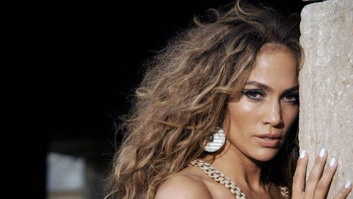 Jennifer Lopez Sad Face And Wear Long Earings